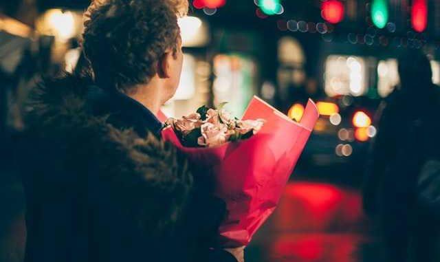 Blumen beim ersten Date: Mann mit Blumenstrauss