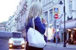 Auf der Straße einen Mann ansprechen